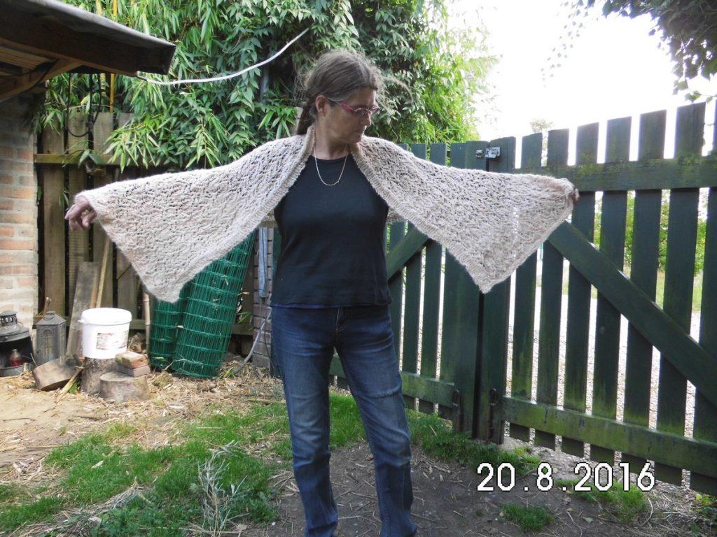 Irmgard met een van haar zelfgemaakte bruidssjaals