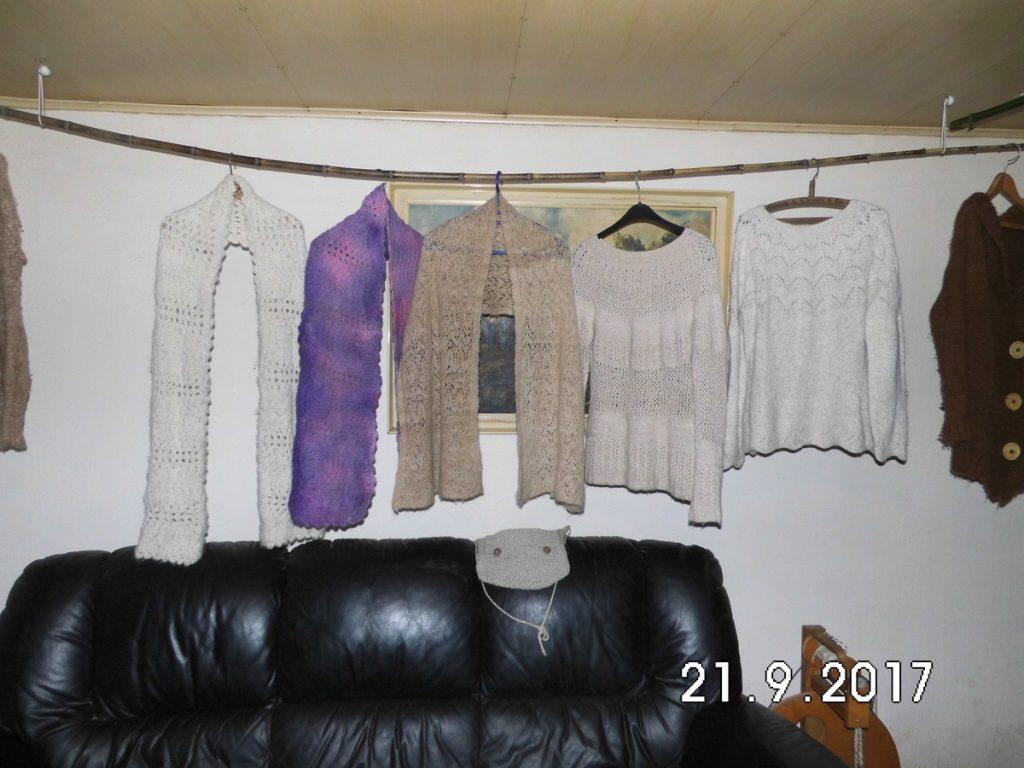 Door ons zelf van alpacawol gebreide truien, sjaals, vest en handtas