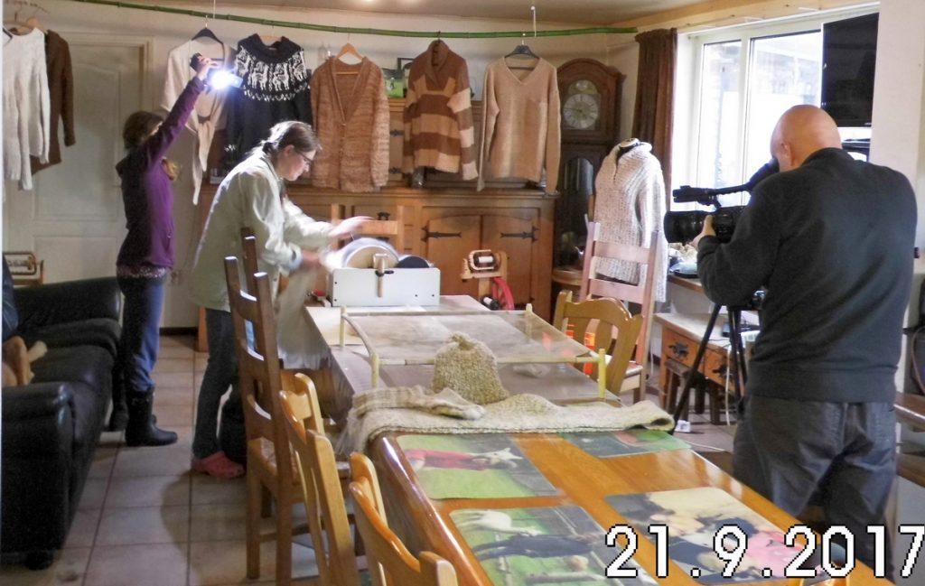 Leonardo filmt Irmgard en Simona licht bij terwijl Irmgard alpacawol kaardt.