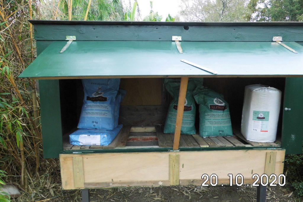 Openstaande alpacavoer container.